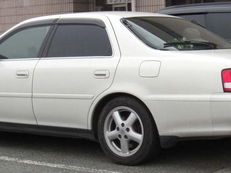 Белый седан Toyota Cresta вид  сбоку