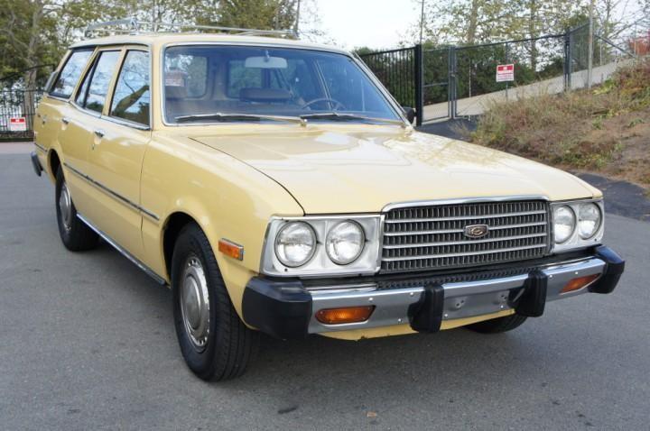 Желтый Toyota Corona Wagon вид спереди