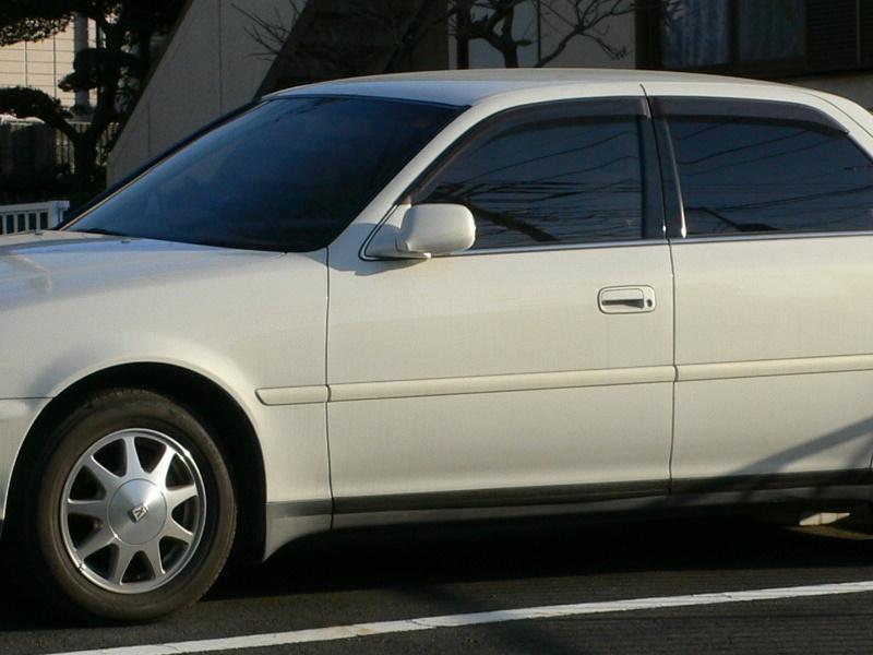 Белый Toyota Cresta, седан, вид сбоку