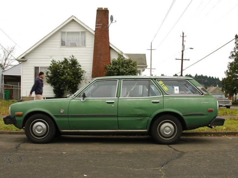 Зеленый Toyota Corona Wagon вид сбоку