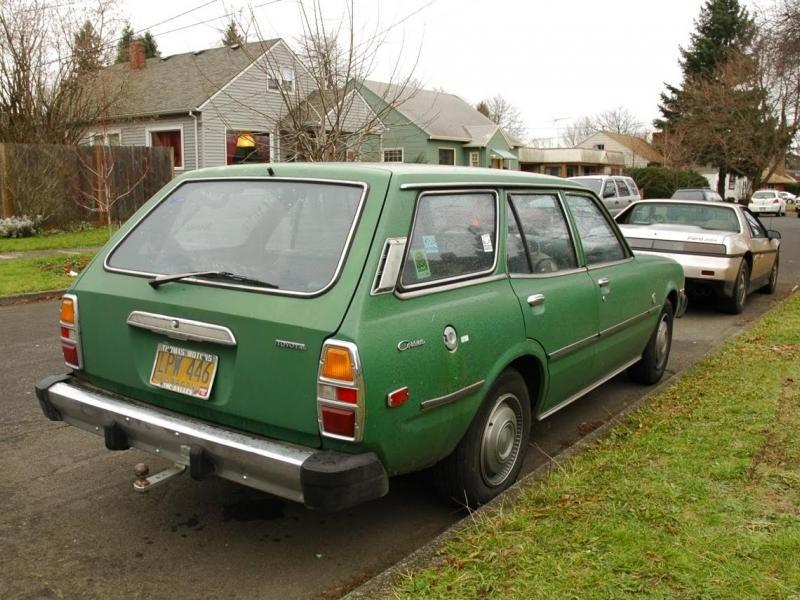 Зеленый Toyota Corona Wagon вид сзади