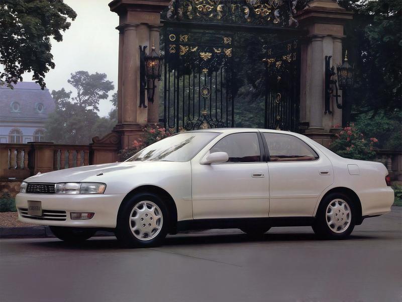 Белый седан Toyota Cresta, вид сбоку
