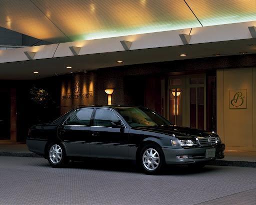 Черный седан Toyota Cresta
