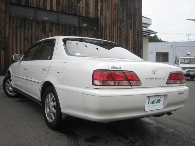 Белый седан Toyota Cresta вид сзади