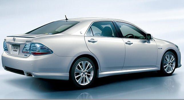 Серебристый Toyota Crown Hybrid