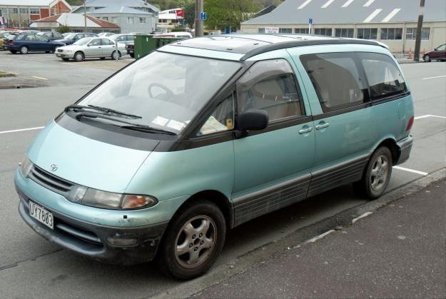 Зеленый минивэн Toyota Estima Lucida