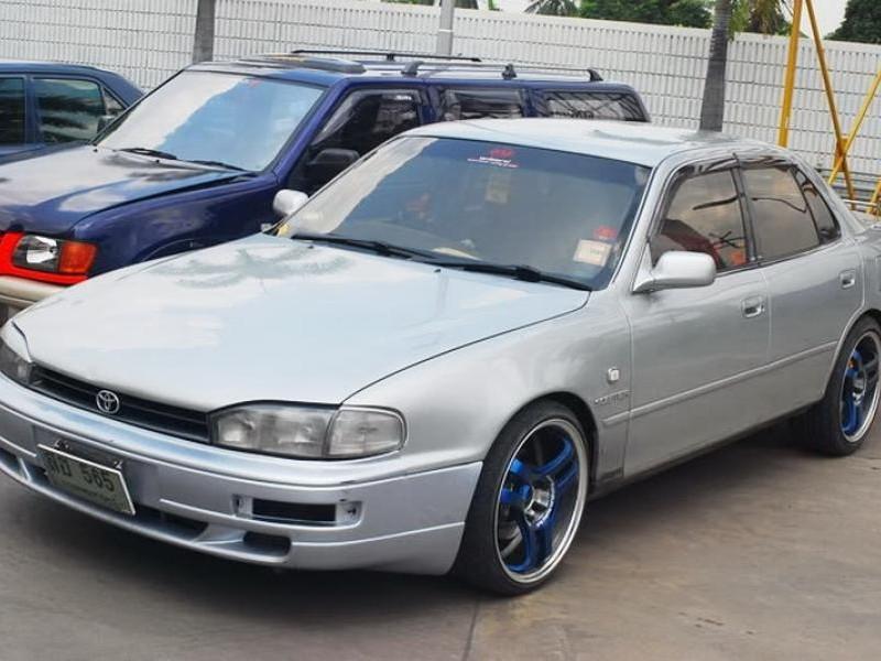 Серебристый седан Toyota Scepter