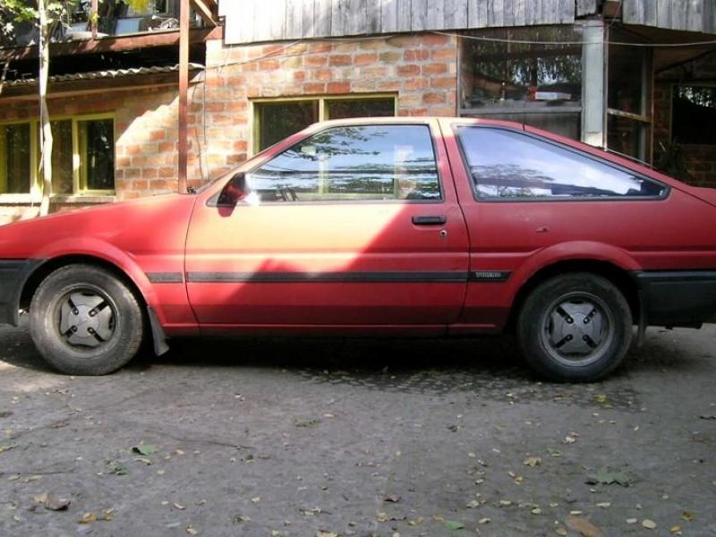 Красный хэтчбек Toyota Sprinter Trueno, вид сбоку