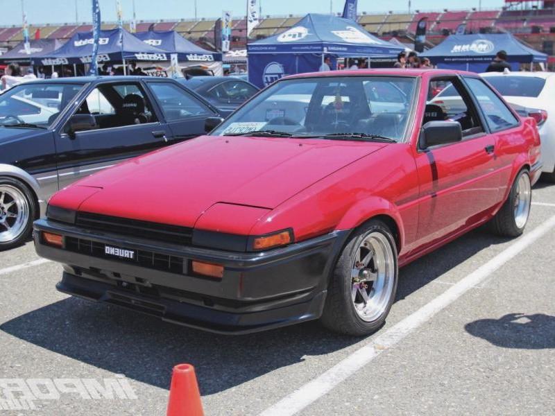 Красный хэтчбек Toyota Sprinter Trueno вид спереди