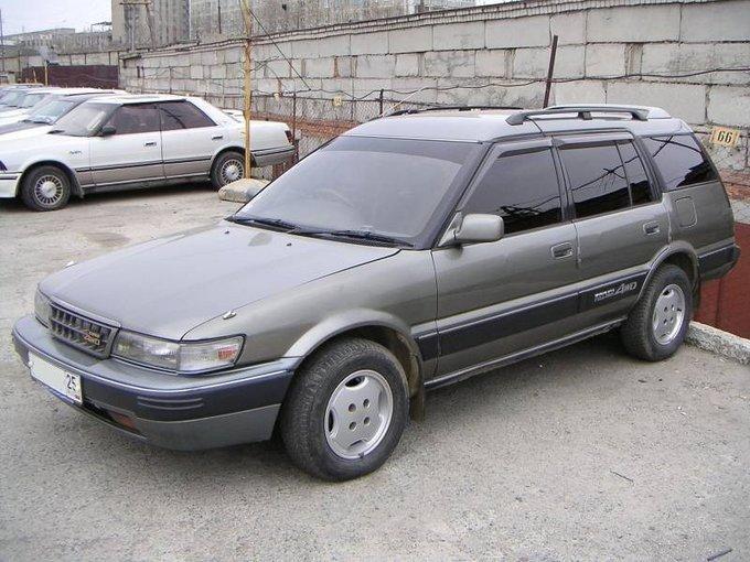 Серебристый Toyota Sprinter Carib