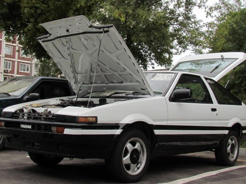 Белый хэтчбек Toyota Sprinter Trueno