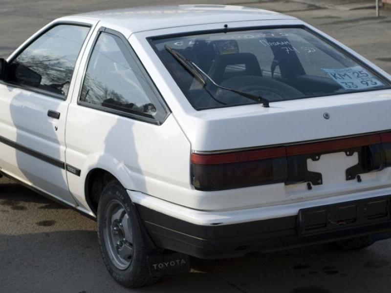 Белый хэтчбек Toyota Sprinter Trueno вид сзади