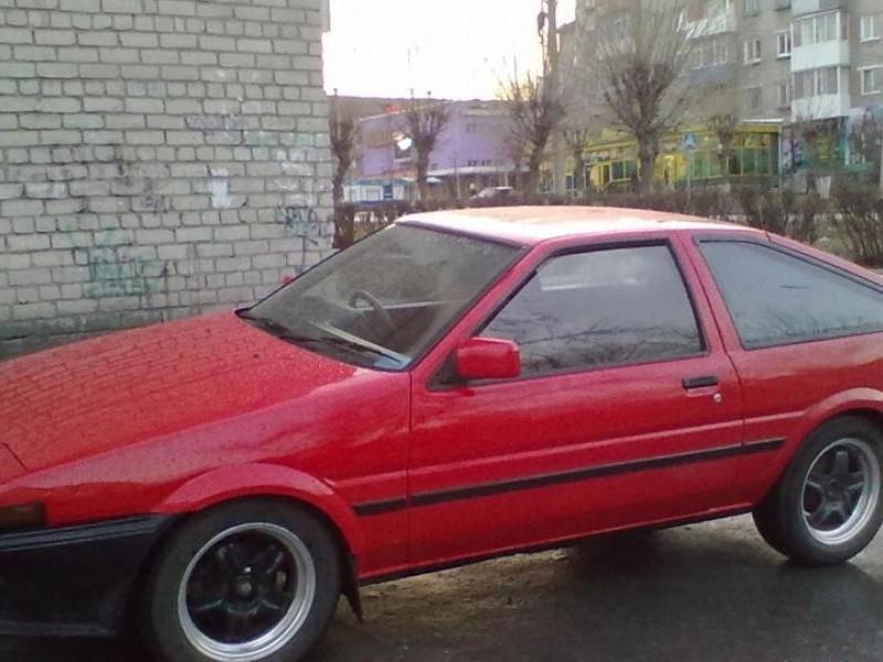 Красный хэтчбек Toyota Sprinter Trueno вид сбоку