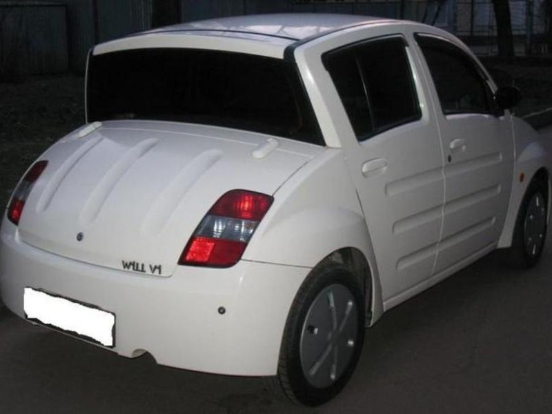 Белый хэтчбек Toyota Will Vi вид сзади