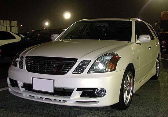 Белый Toyota Mark II Wagon Blit вид спереди