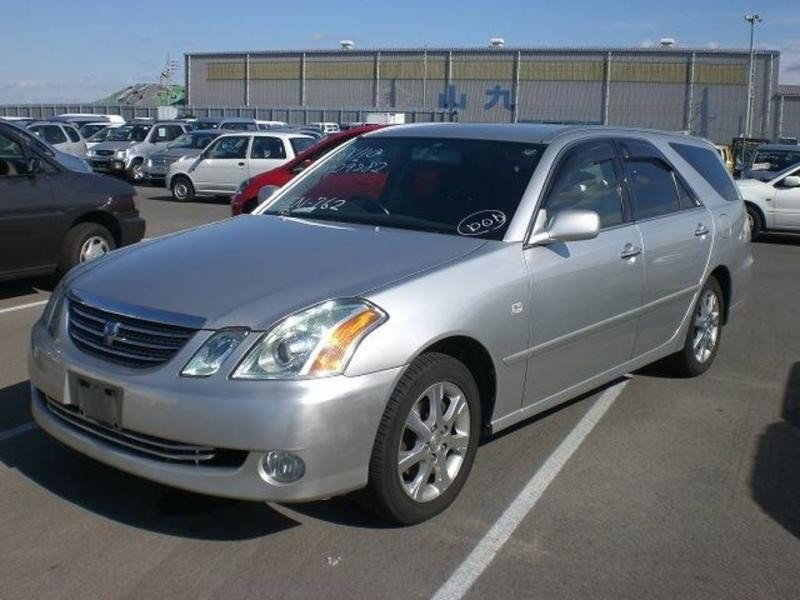 Серебристый Toyota Mark II Wagon Blit