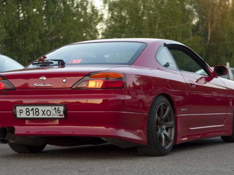 Красный Nissan Silvia вид сзади