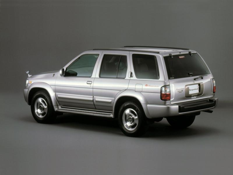 Серебристый Nissan Terrano Regulus вид сбоку