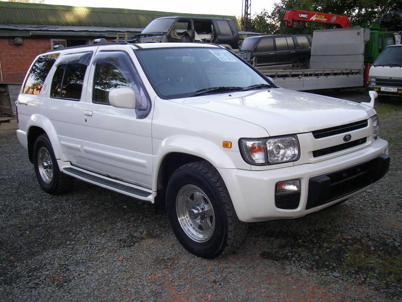 Белый Nissan Terrano Regulus вид спереди
