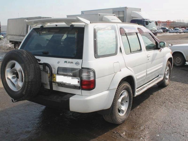 Белый Nissan Terrano Regulus, вид сзади