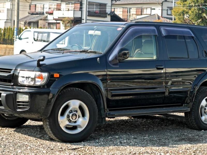 Черный Nissan Terrano Regulus вид сбоку