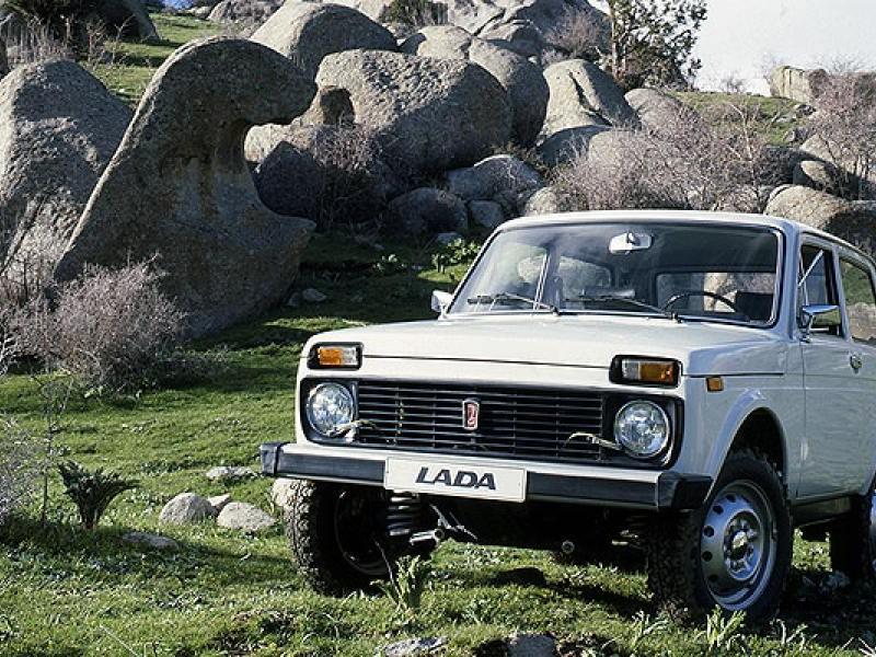 Белый ВАЗ 2121 4х4 Нива, вид спереди