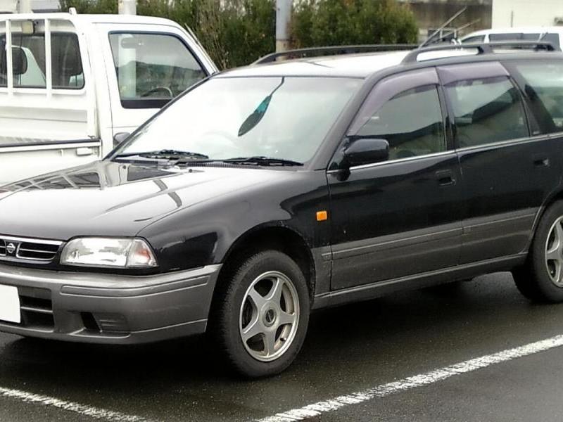 Черный универсал Nissan Avenir