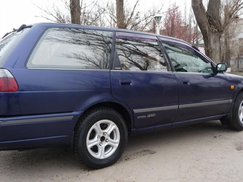 Синий Nissan Avenir Salut вид сбоку