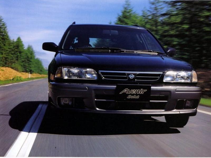 Черный Nissan Avenir Salut вид спереди