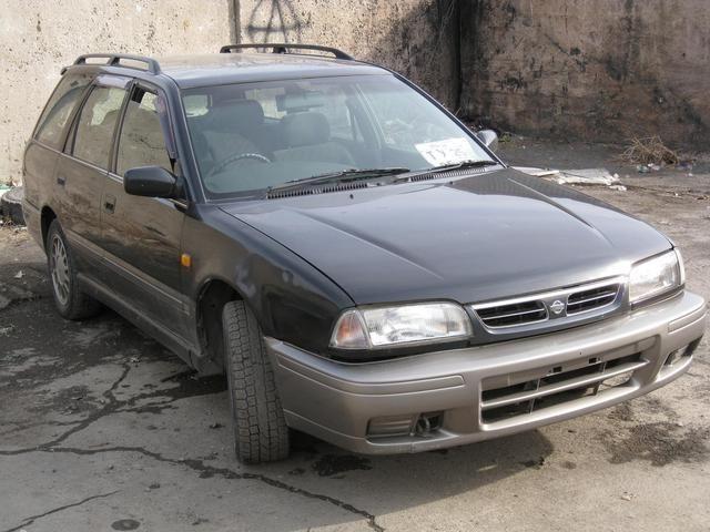 Черный Nissan Avenir Salut, вид спереди