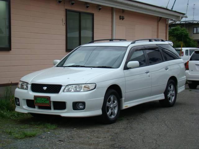 Белый Nissan Avenir Salut вид спереди