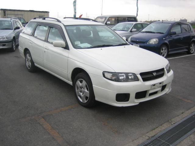 Белый универсал Nissan Avenir вид спереди