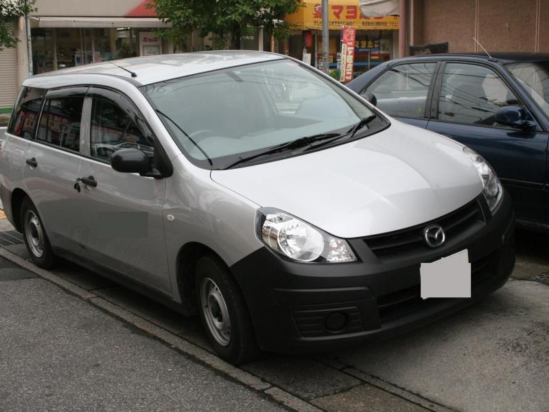 Серебристый Mazda Familia Van вид спереди