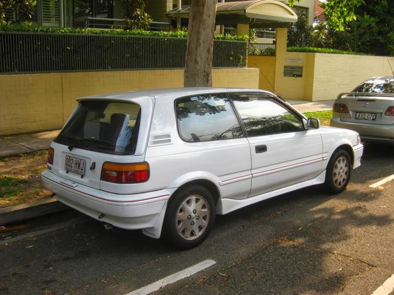Белый хэтчбек Toyota Corolla FX