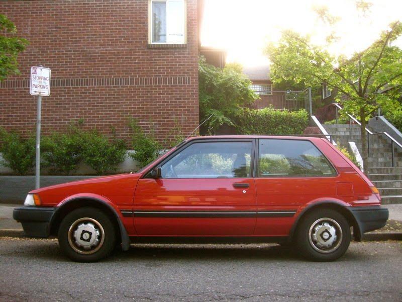 Красный Toyota Corolla FX вид сбоку