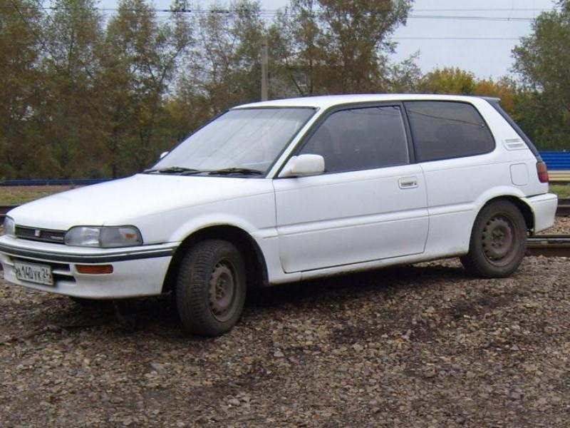 Белый хэтчбек Toyota Corolla FX вид сбоку