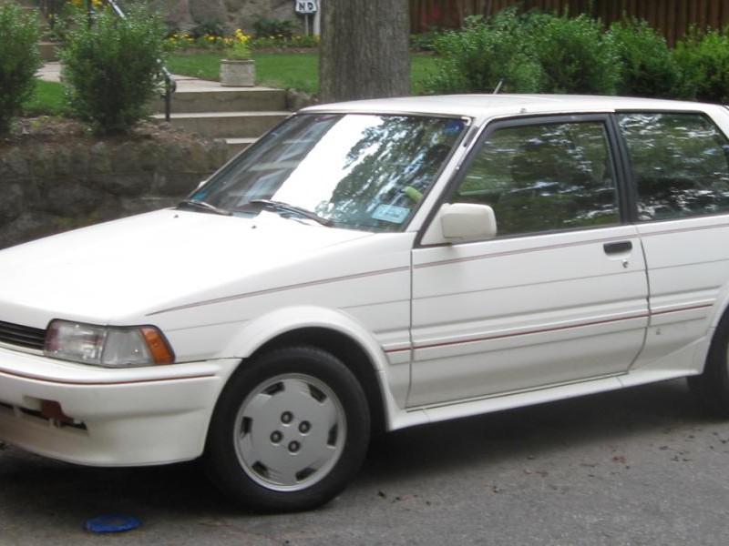 Белый хэтчбек Toyota Corolla FX, вид сбоку
