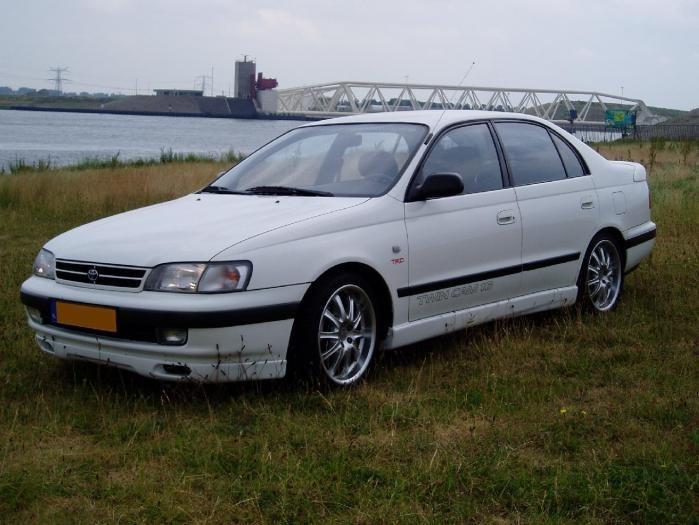 Белый седан Toyota Carina вид спереди