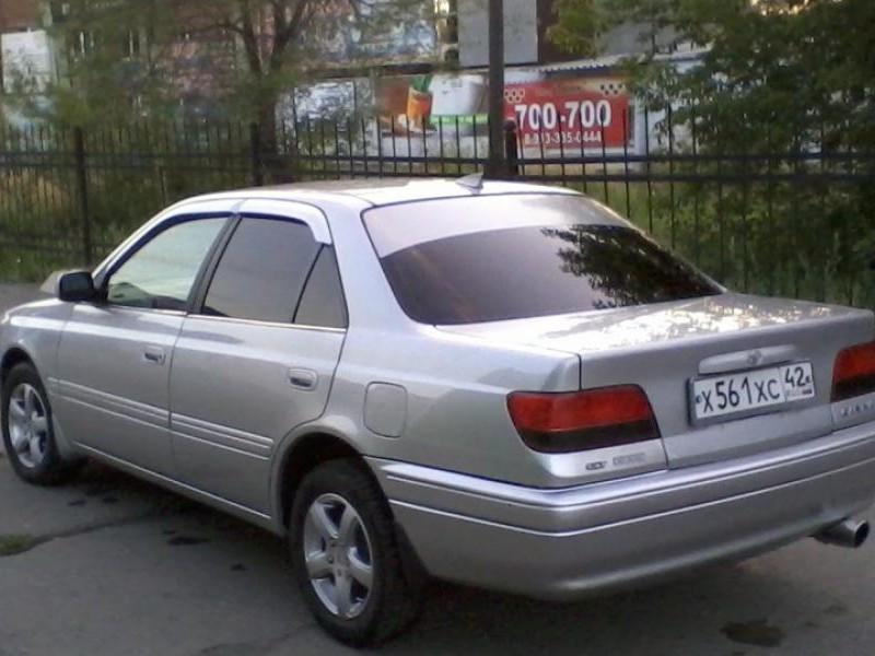 Серебристый седан Toyota Carina вид сзади