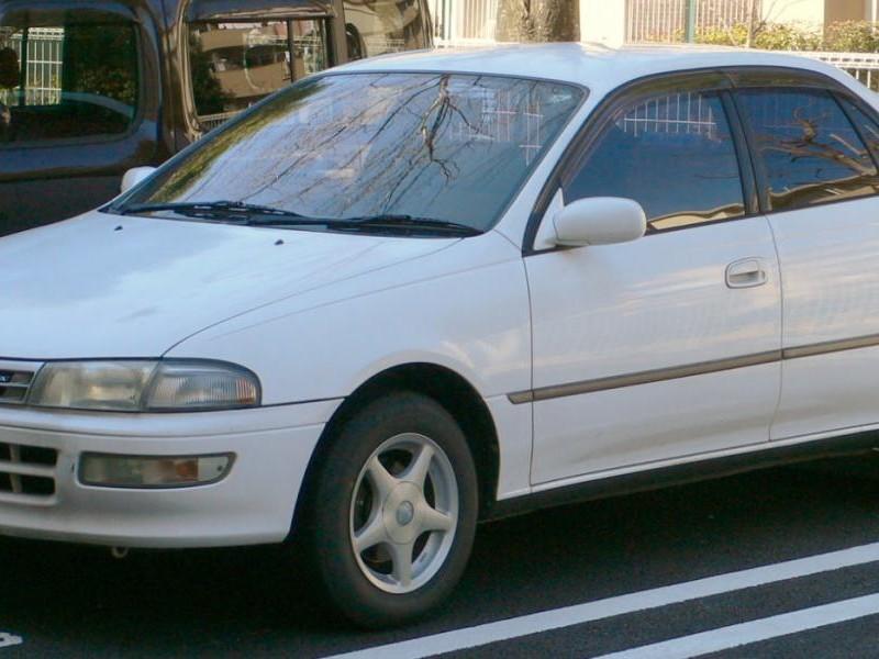 Белый седан Toyota Carina вид сбоку