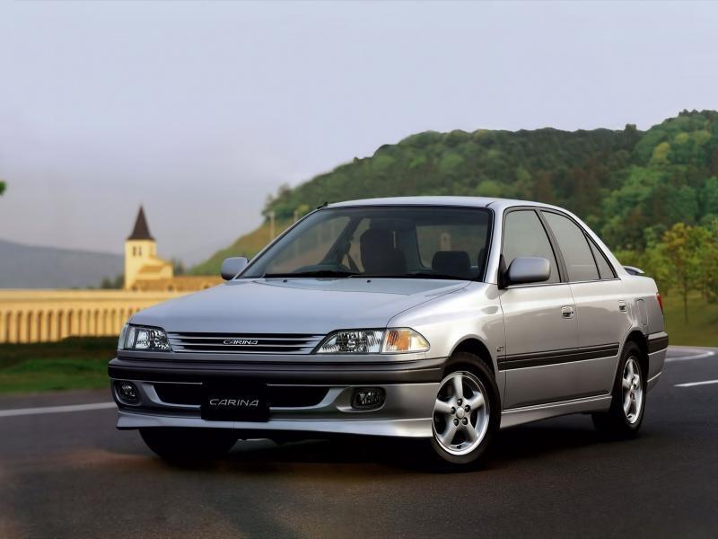 Серебристый седан Toyota Carina вид спереди