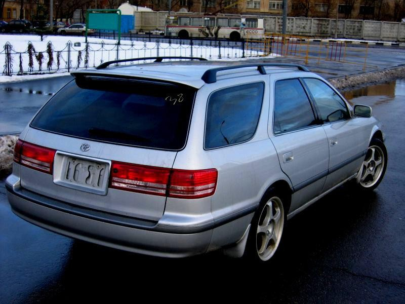 Серебристый Toyota Mark II Wagon Blit вид сзади