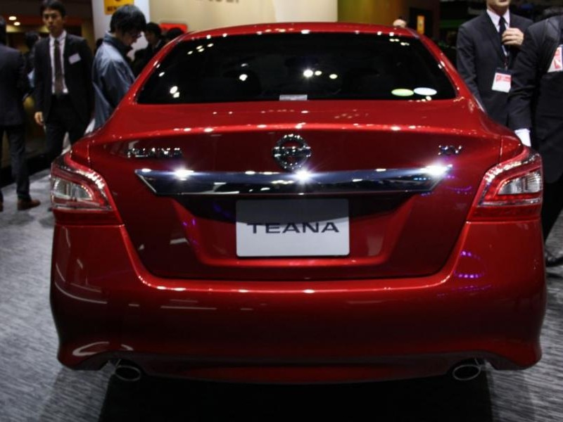 Красный седан Nissan Teana 2014 вид сзади