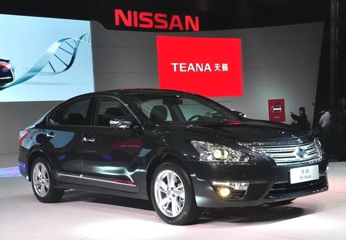 Черный седан Nissan Teana 2014