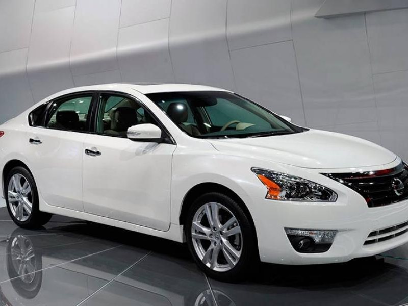 Белый седан Nissan Teana 2014