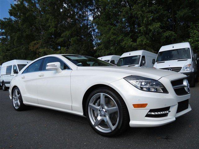 Белый Mercedes CLS-Class Coupe 2014 вид сбоку