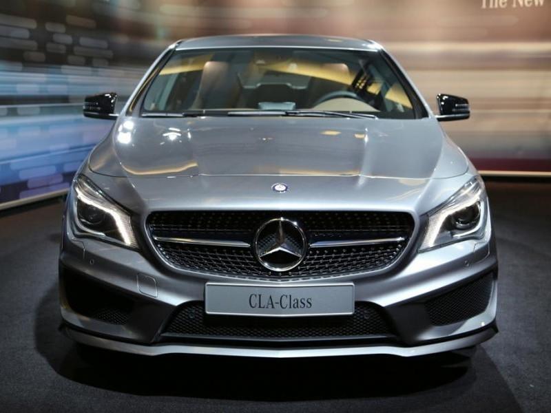 Серебристый седан Mercedes CLA 2014 вид спереди