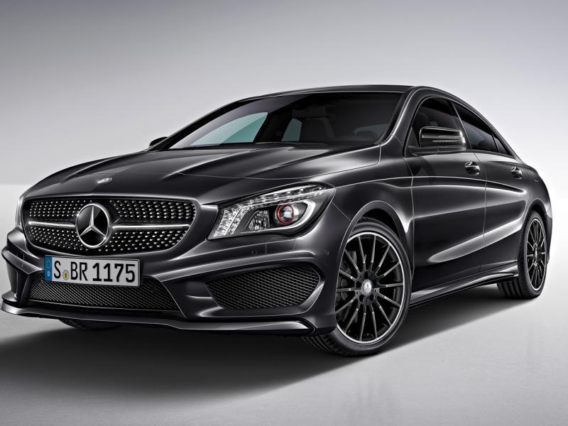 Серебристый седан Mercedes CLA 2014, вид спереди