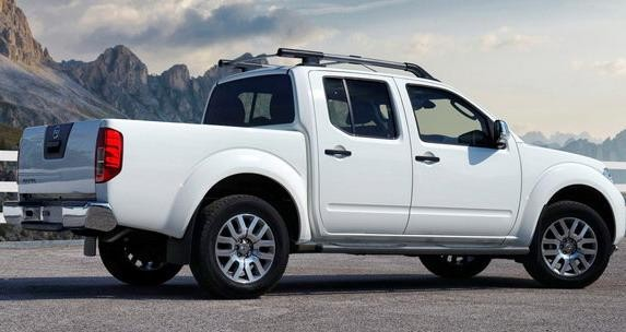 Белый пикап Nissan Navara 2014 вид сбоку
