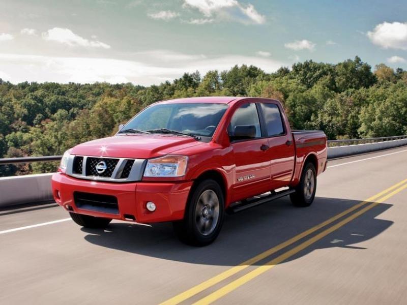 Красный пикап Nissan Navara 2014